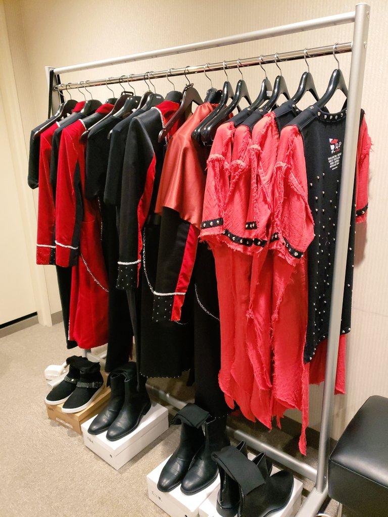 SolidSといえば赤と黒!今回はステージ演出をもっと激しく求める系🤘🤘にしたので、衣装もギリギリまできらめき具合を調整してもらいました✨✨#そりぱ
