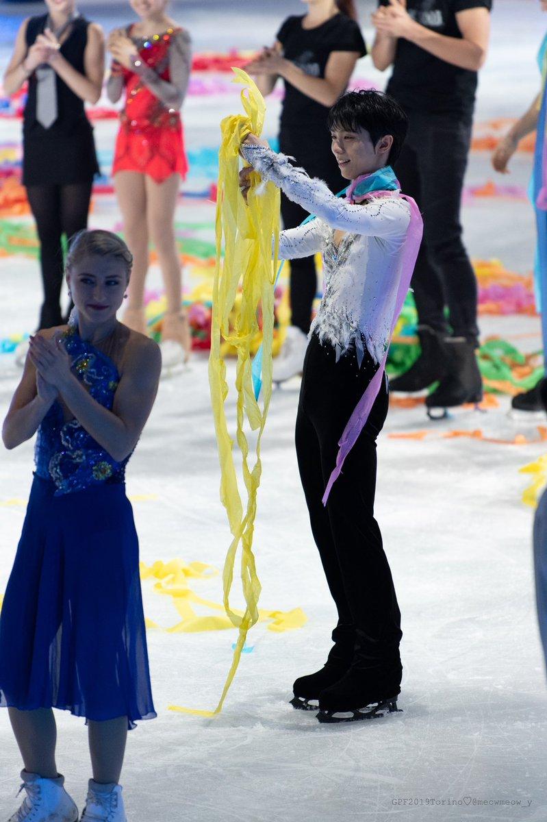 ずっと黄色いテープ丸めて何してるんだろうと思ったらこれはもしかして金メダルですかね…🥇そして首のは平昌のメダルの紐の色?😭#羽生結弦 #YuzuruHanyu #GPF2019 #GPFTorino