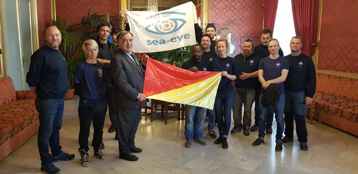 Sea-eye fährt mit der Flagge von Palermo, in Palermo wird die Flagge der Sea-Eye gehisst. Eine schöne Symbolik.