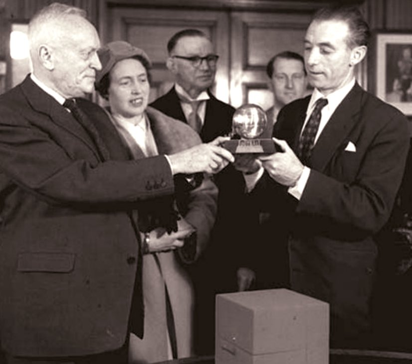 Stanley Matthews receives his Ballon d'Or back in 1956  #BallondOr #BFC #Blackpool<br>http://pic.twitter.com/teWB7A5Yij