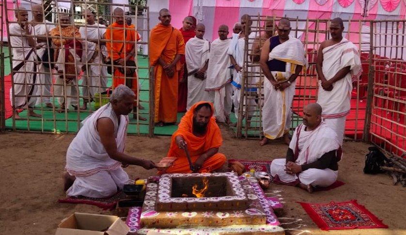 1. Vedi Poojan by Dr. Jaysiddeshwar Shivacharya Swamiji, Head of Gaudgaon Matham   2. Vyahruti Homa by  Sh. Ch. Shivajiraje Bhosale Maharaj & Sh. Janmenjayraje Bhosale Maharaj  3. Yajnya Sankalpam by Sh. Atulji Jain, JMD, Jain Irrigation & Dr. Bhavnaji Jain   #agnihotra #vedaspic.twitter.com/bjMk0P0JTJ