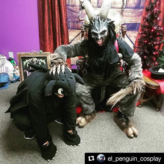 #Repost @el_penguin_cosplay ・・・ Well looks like #krampus has a pet dragon now, try running away now kids *intimidating dragon noises* . . . #dragon #cosplay #cosplayersofinstagram #latinocosplayer #howtotrainyourdragon #krampuscon #christmas #happyholidays #krampus #krampusc…pic.twitter.com/73VPLHKLVw