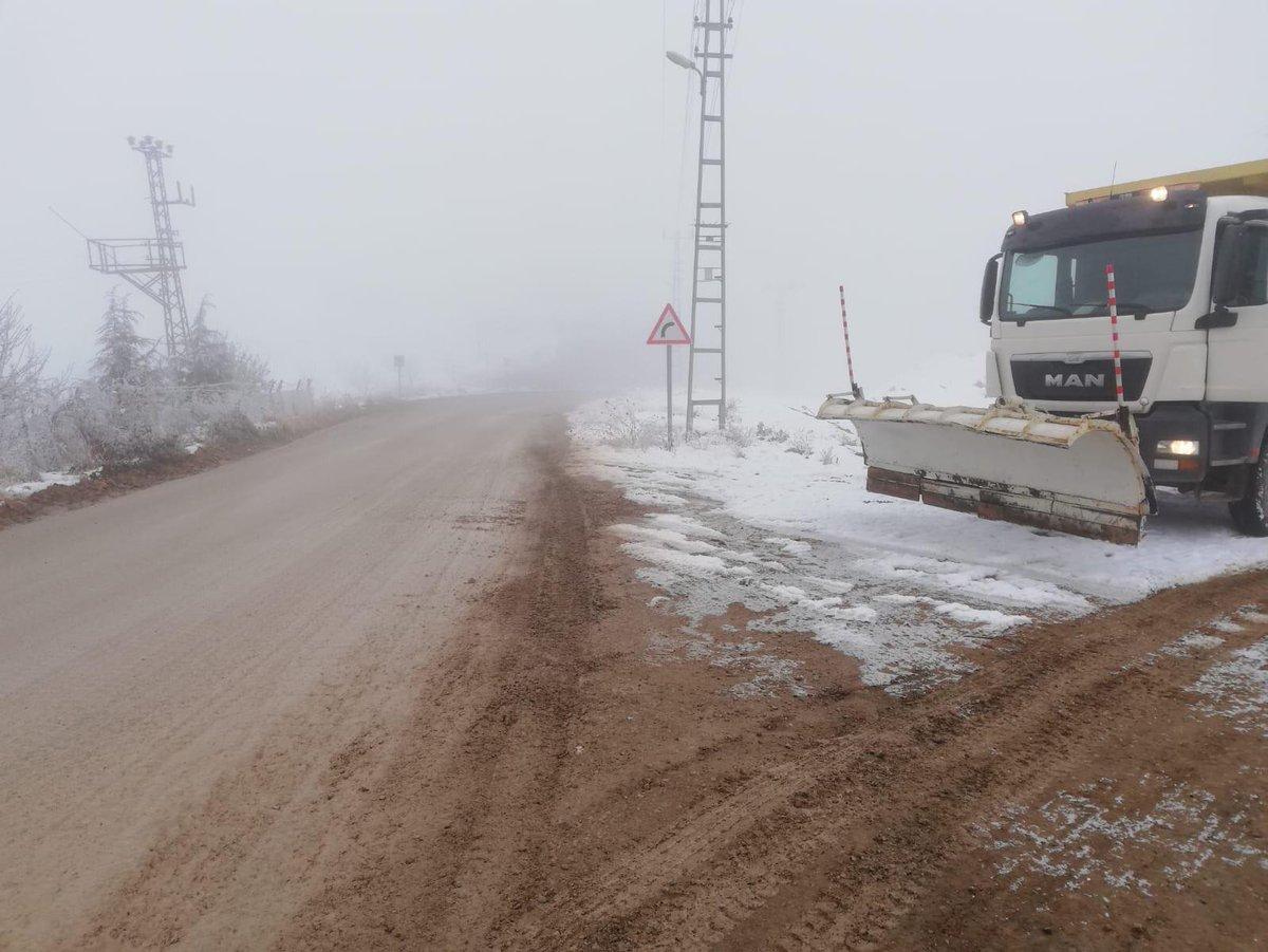 Ankarada kar yağışının hayatı felç etmesini önleyip, vatandaşlarımızın mağdur olmaması için ekiplerimiz 24 saat sahada olmaya devam ediyor.   Çalışma arkadaşlarıma özverili çalışmaları için teşekkür ediyorum.