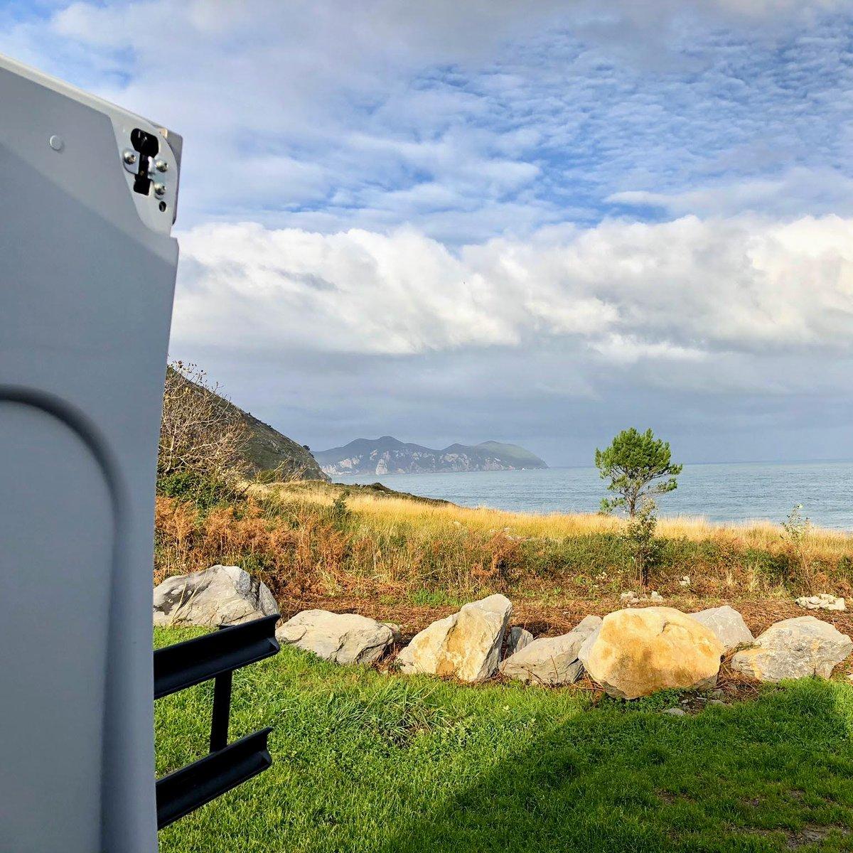 Lo maravilloso de levantarse por la mañana 🔆 y simplemente contemplar desde la cama de la 🚐#camper  Gracias Carmen por la foto 😀👍   #bycamper #paisvasco #costanorte #vacaciones #viaje #camperlife #naturaleza #mardelnorte #escapada #camperstyle #autocaravanas