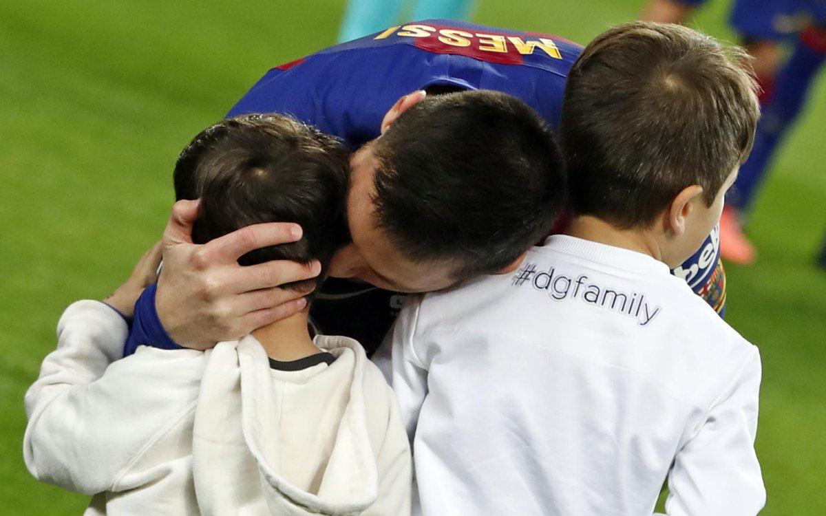 RT @fcbarcelona_fra: 👶🧒🧒 #Messi, un papa en or #BallonDor #GoatIsCuler #6OAT https://t.co/Td6lJ8jcBo