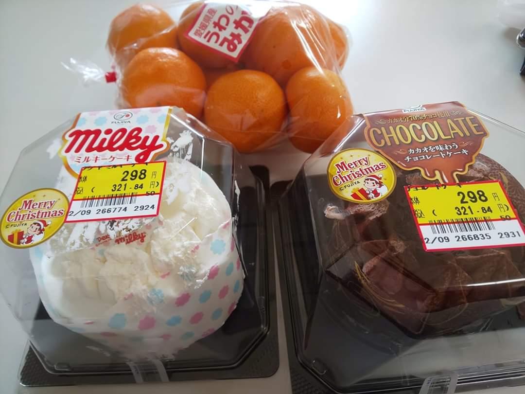 ケーキが激安なので 2個買ってみた❗️ メリクリ❗️(* ̄∇ ̄)ノ  ついでにミカンなう❗️(°Д°)