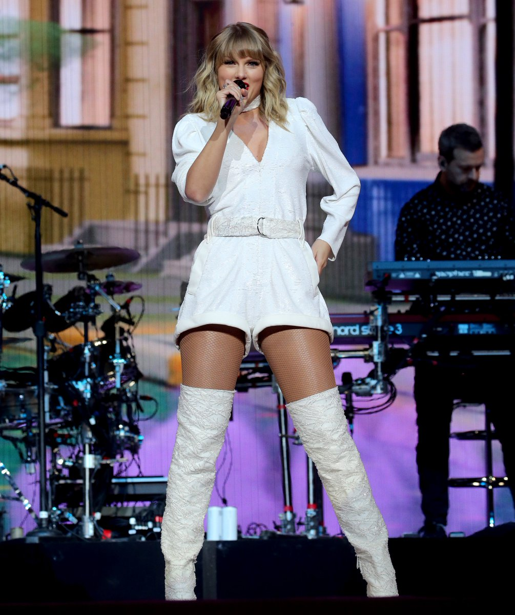 | Taylor Swift performs at #CapitalJBB<br>http://pic.twitter.com/HIHa3OLoi6