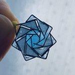 ホチキスの針で作った薔薇が素敵、青いレジンで色付けしたらいい感じ!