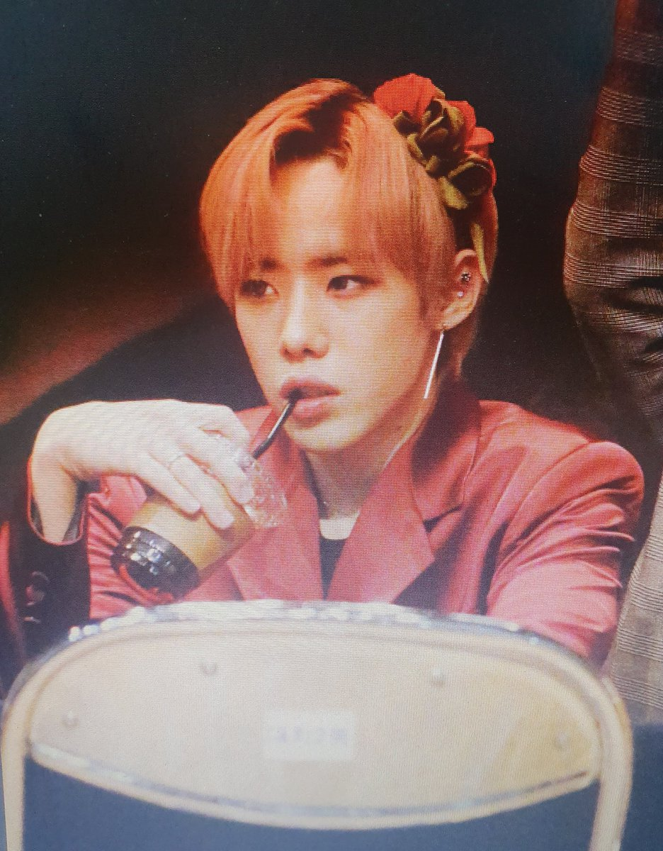 Jinwoo as a valley girl drinking Starbucks: a tale.  (Bonus points if you caption them)  #NessaShittyPreviews  1team fansign 191208 pic.twitter.com/IlLjdctUV8