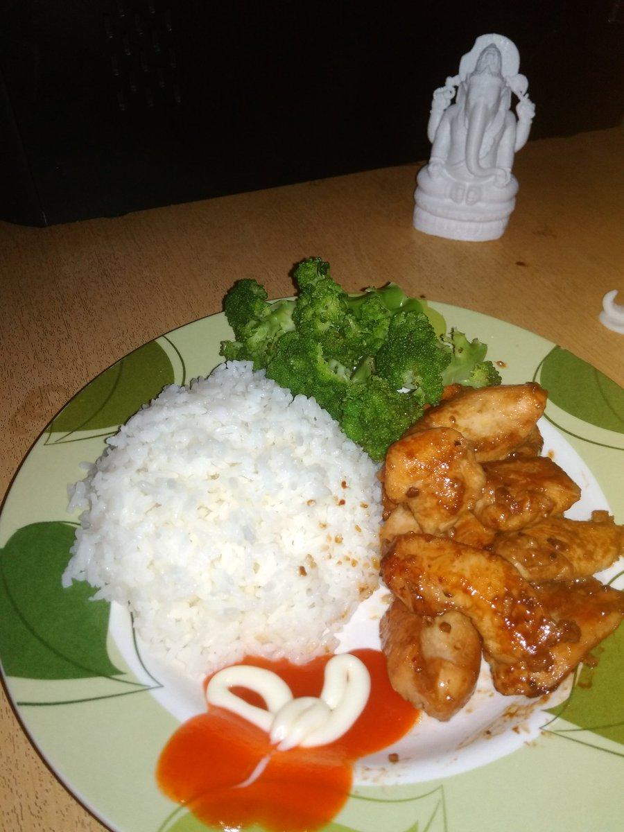 Pre Workout : 200 gr Chiken Breast 100 gr Brocoli 200 gr White Rice  (375 kcal, 60 gr Protein, Fat 10 gr)  #foodies <br>http://pic.twitter.com/K1DkqN0V7H