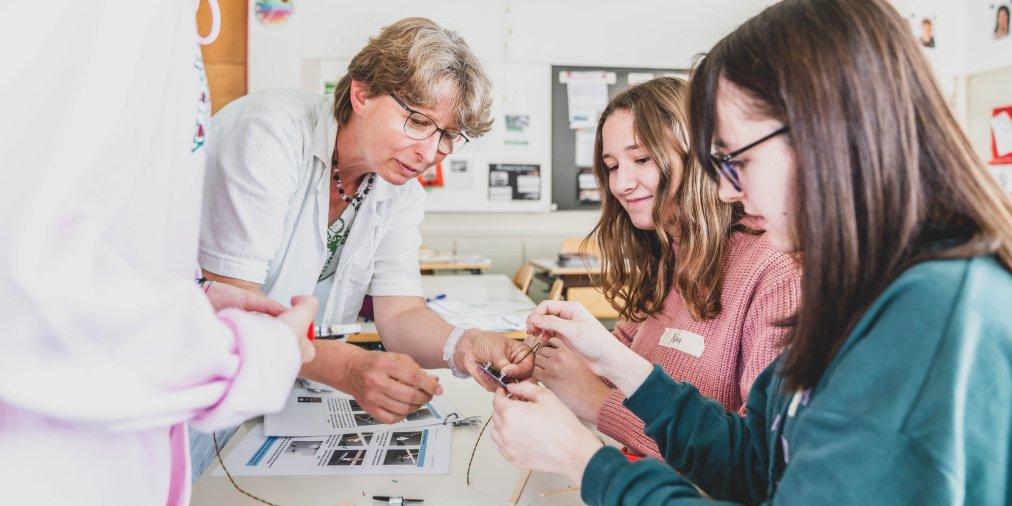 Seit diesem Jahr bieten wir mit @energie_zukunft für Schulklassen in unserem Versorgungsgebiet spannende Unterrichtsmodule im Klassenzimmer an. Mehr unter https://ibc-chur.ch/story/der-energie-auf-der-spur-unser-schulangebot/…pic.twitter.com/PL7VyQzN92