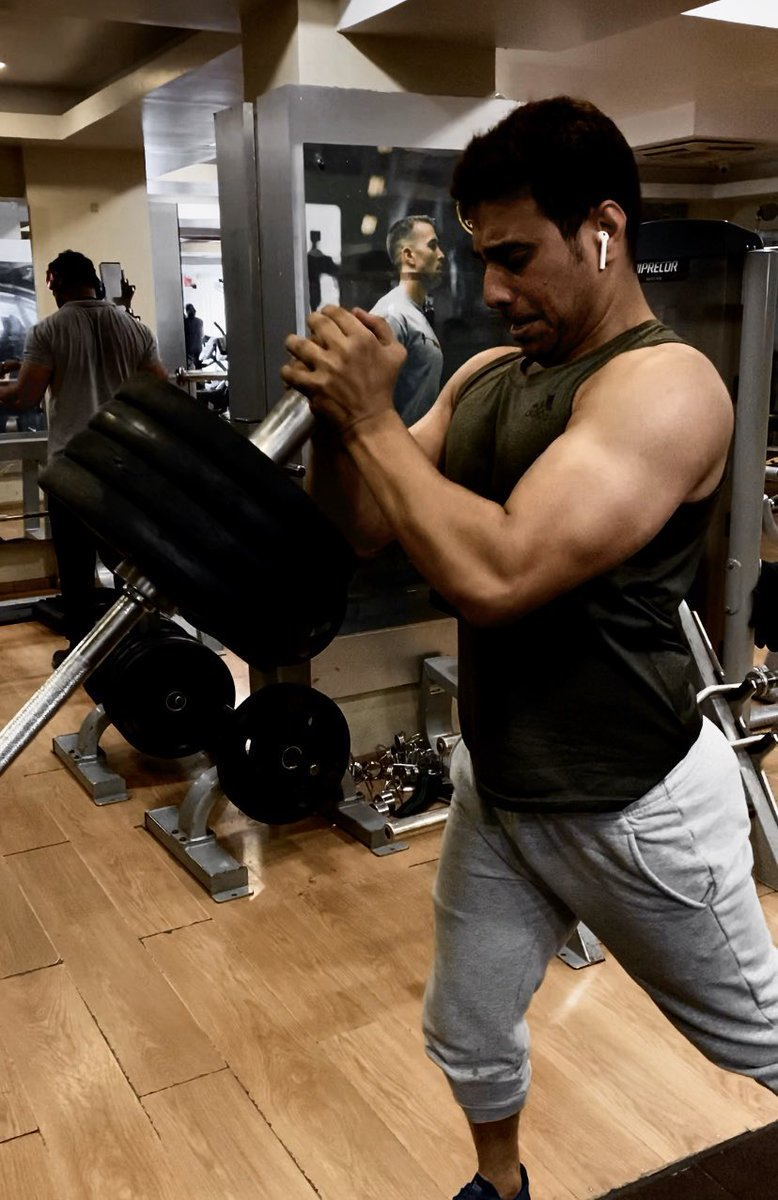 Chest workout at @GoldsGym   Thanks for the excellent workout routines @Bodybuildingcom .   #workoutmotivation #MondayMorning<br>http://pic.twitter.com/Roo7FTBvl4