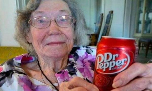 コーラよりクセの強いドクターペッパーを 1日3本、60年間飲み続けて 106歳まで生きたエリザベス・サリヴァンさん 「医者達は私に  『そんな事してたら死ぬからすぐにやめろ』  と言ってきたが  先に死んでいったのは彼らの方だったわ。」
