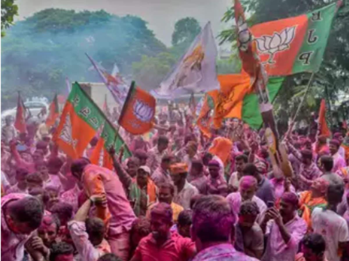 BJP retains majority in Karnataka assembly after winning 6 seats Read: http://toi.in/ZuGnYY/a24gk