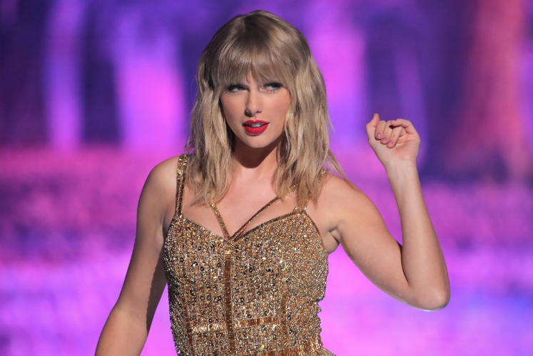 Taylor Swift plans to re-record her hits. Here's what that might mean  https:// rol.st/2sehe4k     <br>http://pic.twitter.com/Jm9Tefy8Js