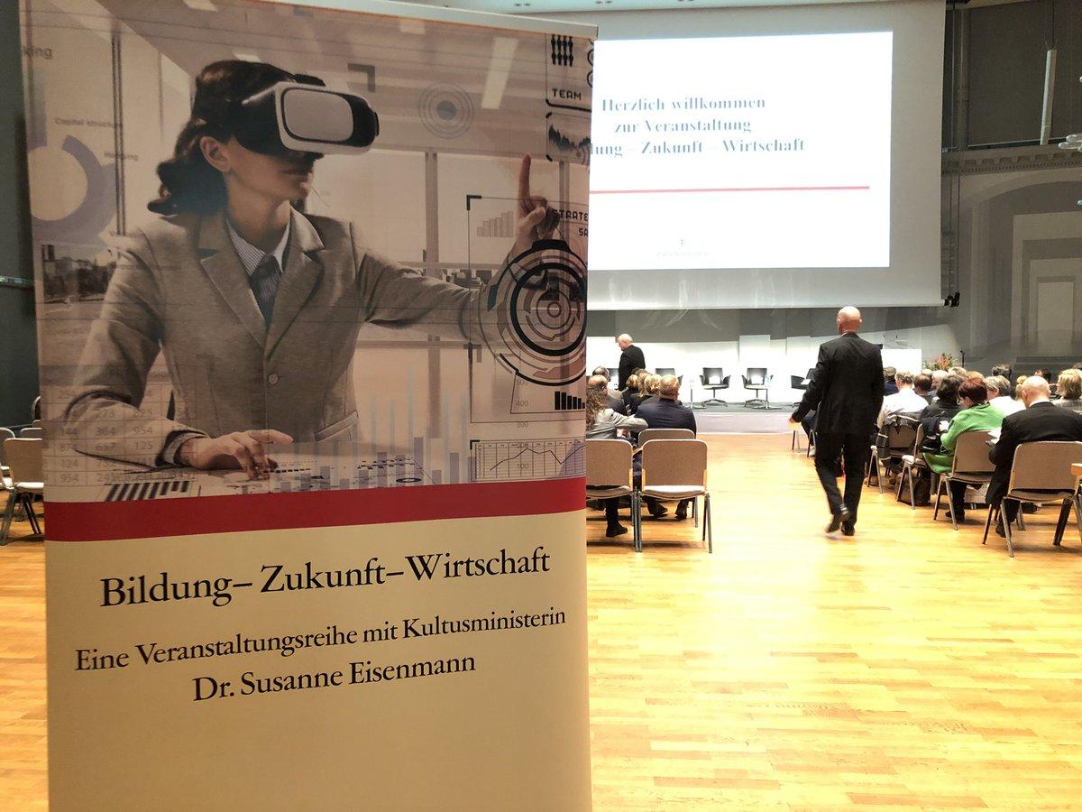 """Nun treffen sich Vertreter von #Wirtschaft, #Politik & #Wissenschaft zum #Fachtag #Bildung – #Zukunft – Wirtschaft in #Stuttgart. """"Es ist wichtig, dass Wirtschaft & #Schule miteinander ins Gespräch kommen – ehrlich, offen, transparent"""", sagt #Eisenmann. 👉https://km-bw.de/,Lde/5930452/?LISTPAGE=131491…"""
