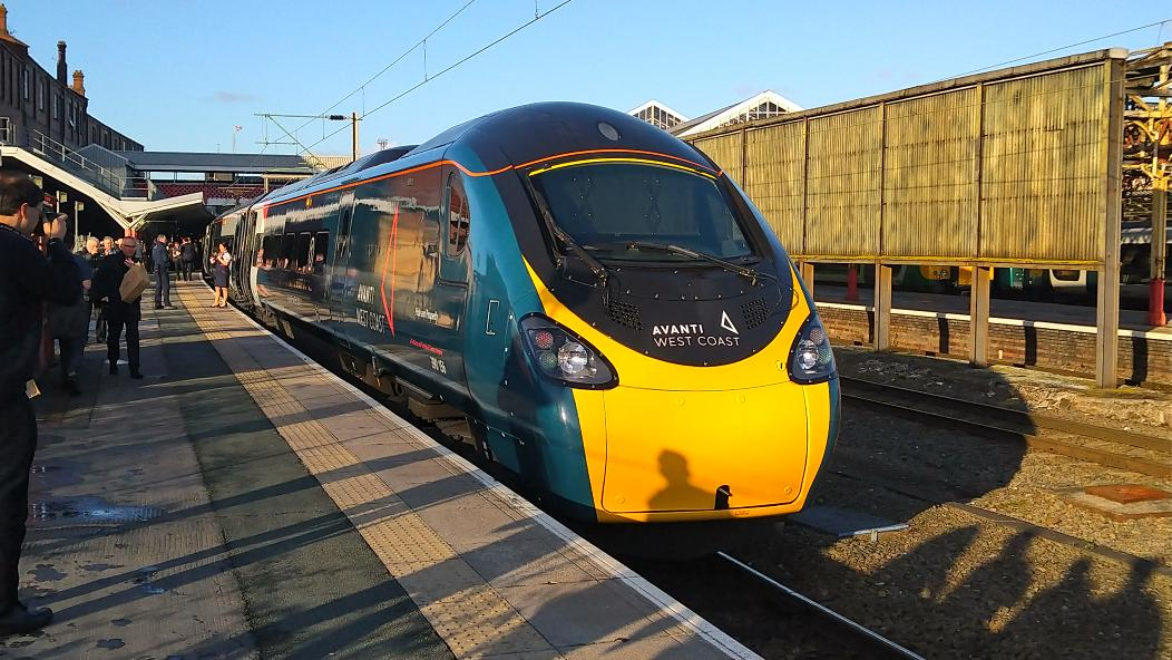 Another view of the new @AvantiWestCoast livery, this time in the sun at Crewe