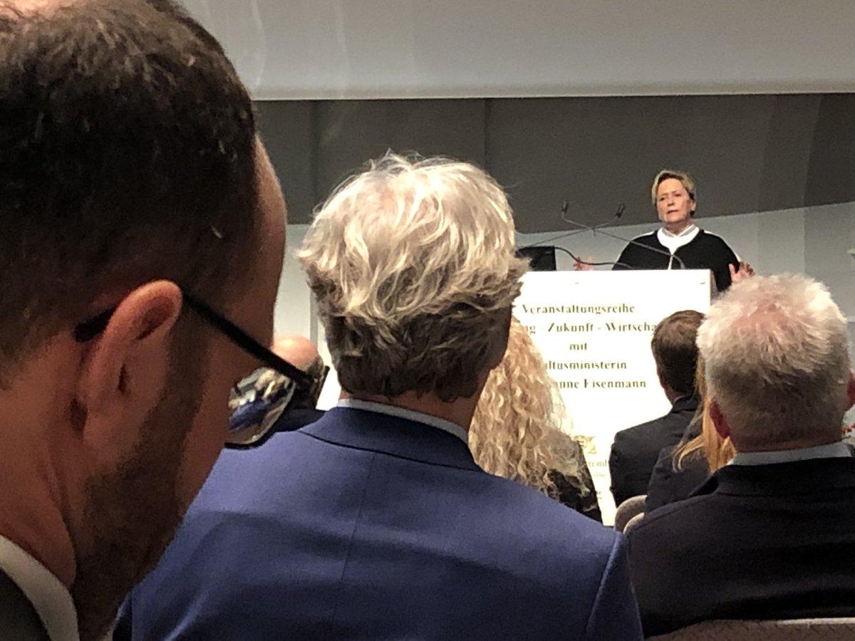 """#Kultusministerin #Eisenmann wendet sich in ihrer Rede direkt an die Vertreter der #Wirtschaft: """"Ich möchte, dass Sie den #Schülerinnen & #Schülern #Perspektiven geben - unabhängig vom #Schulabschluss. Von uns können Sie erwarten, dass wir in der #Schulbildung die #Basis legen."""""""
