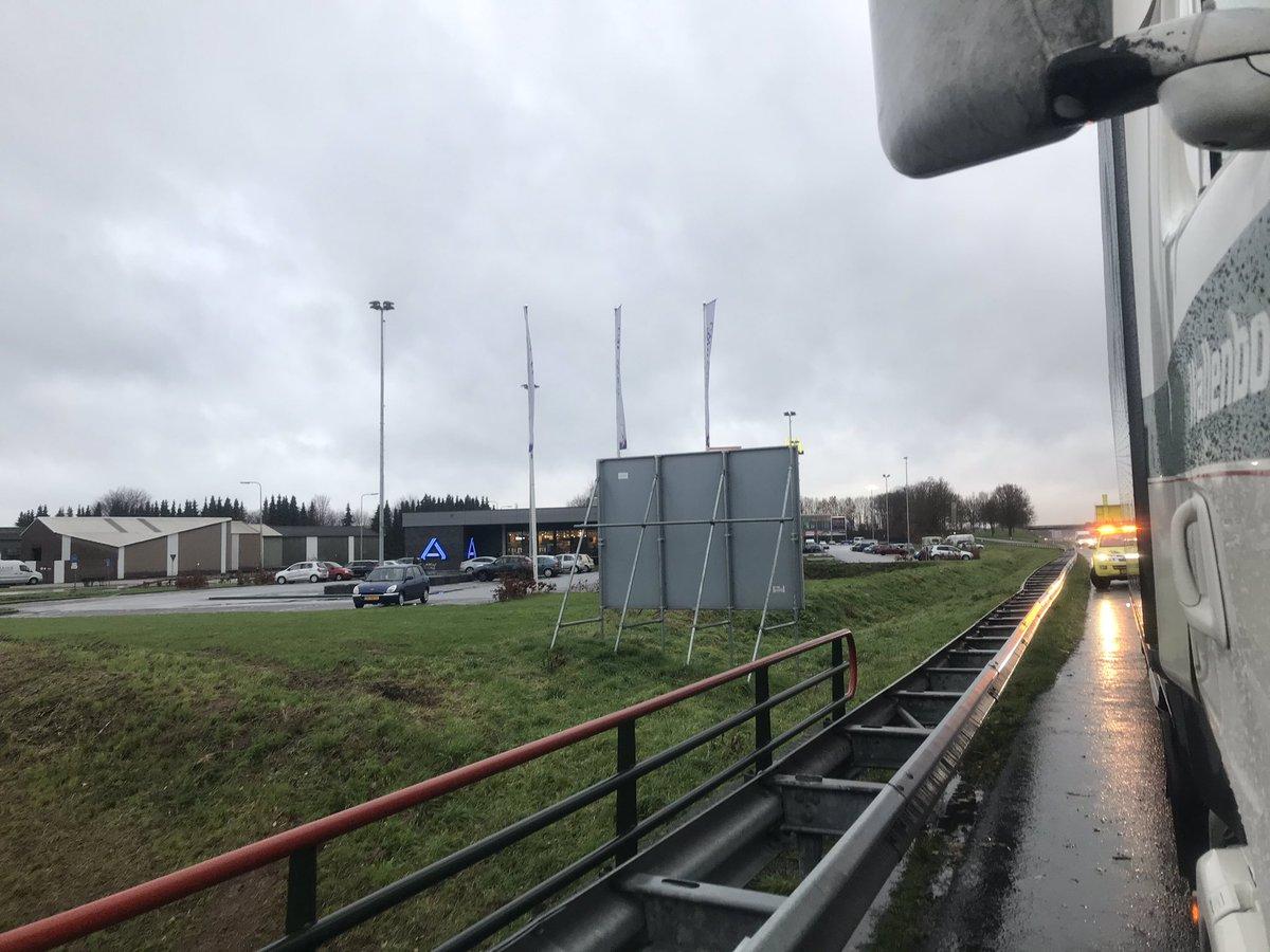 U wilt even #boodschappen gaan doen bij de Aldi, mag u stoppen op de vluchtstrook? De #politie maakt ondertussen een PV voor de bestuurder. #A2 Re 265,6 bij #Gronsveld