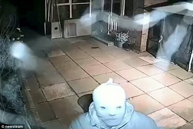 Thieves wearing masks and CCTV it can be defeated contact us.  #cctv #cctvcameras #cctvsheffieldpic.twitter.com/I7lf1ETuCT