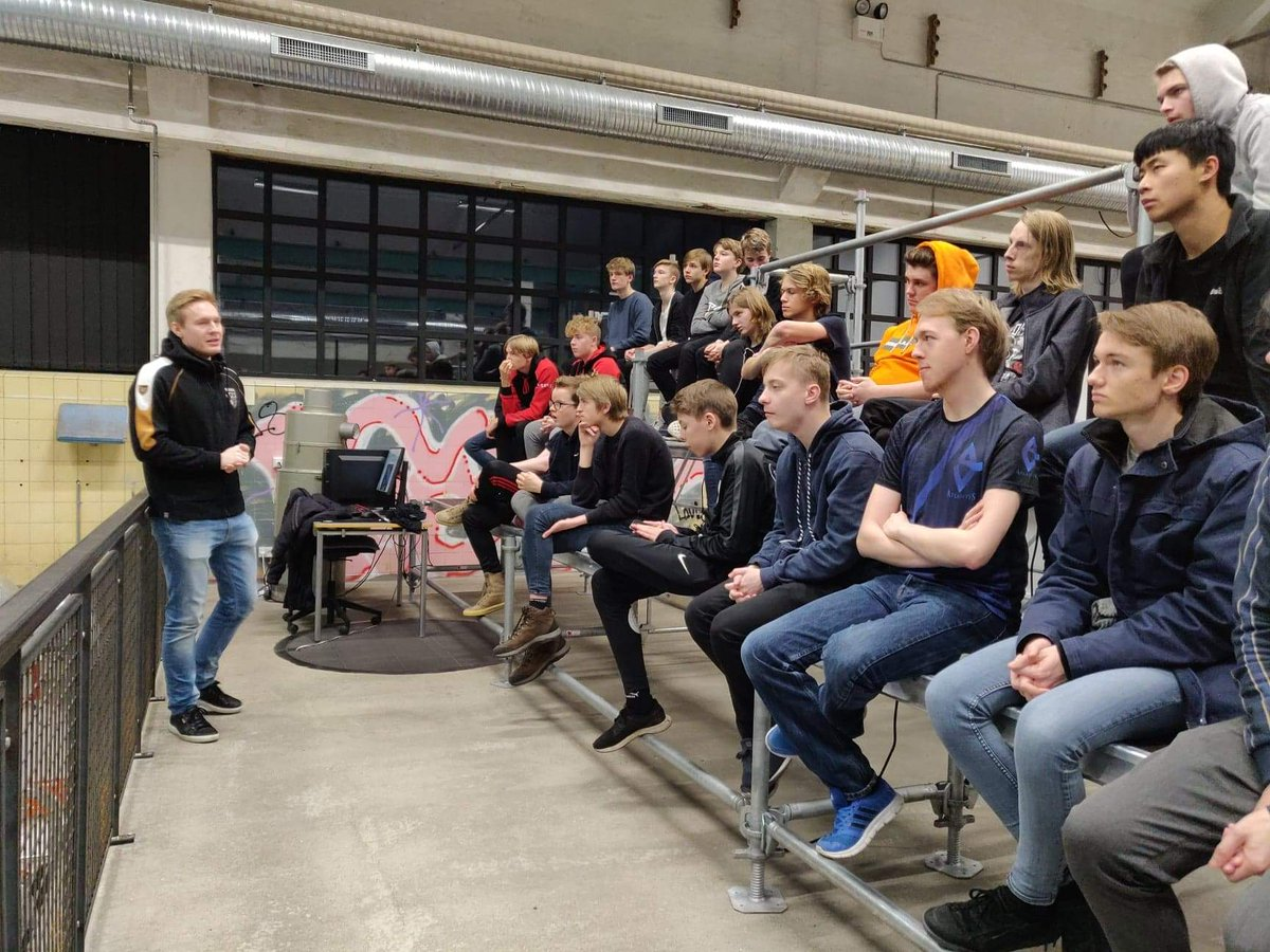 Today I visited an esports college in Vejle, Denmark to talk about life as a professional League of Legends player. Great experience sharing some insight with aspiring players/students, as well as having some discussions on how to improve as an individual player and teammate. <br>http://pic.twitter.com/0acBbWxzCl