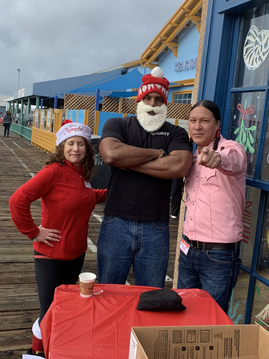 Hanging with Security Santa and Sonja @SantaMonicaPier for Hands and Hearts Christmas celebration. This is my 9th year giving popcorn to families. #BlessedAndGrateful #toys #popcorn #fun #rainyday #tradition #kids #families #volunteer #lovepeople #bekind @nativerickmorapic.twitter.com/qloF1xJAAr