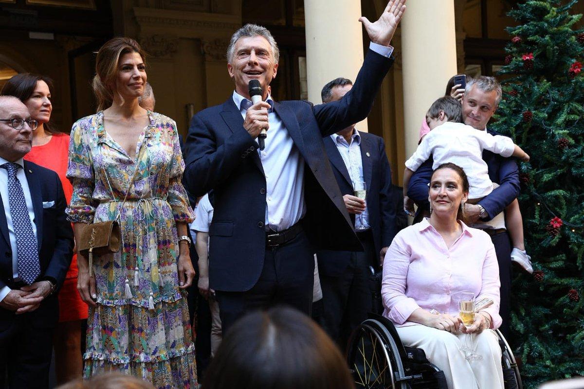 Brindis de despedida junto al presidente @mauriciomacri, ministros y el personal de @CasaRosada https://t.co/2mszk7IYkD