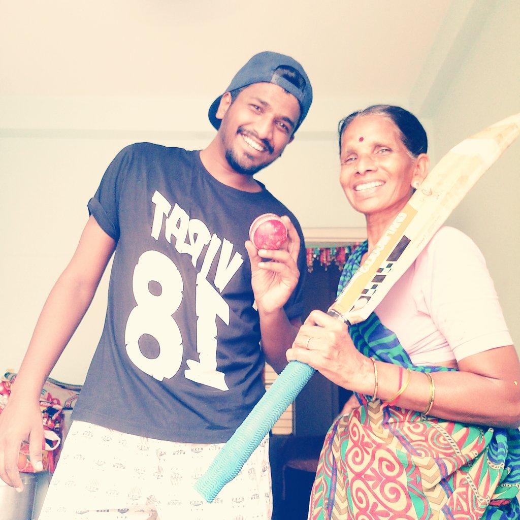 @AnushkaSharma bhabi Iam big fan of virat kohli pls me and my mom is big fan if virat cums to hyd in Ipl plse u request him to give one pic <br>http://pic.twitter.com/rvcUliiWbE