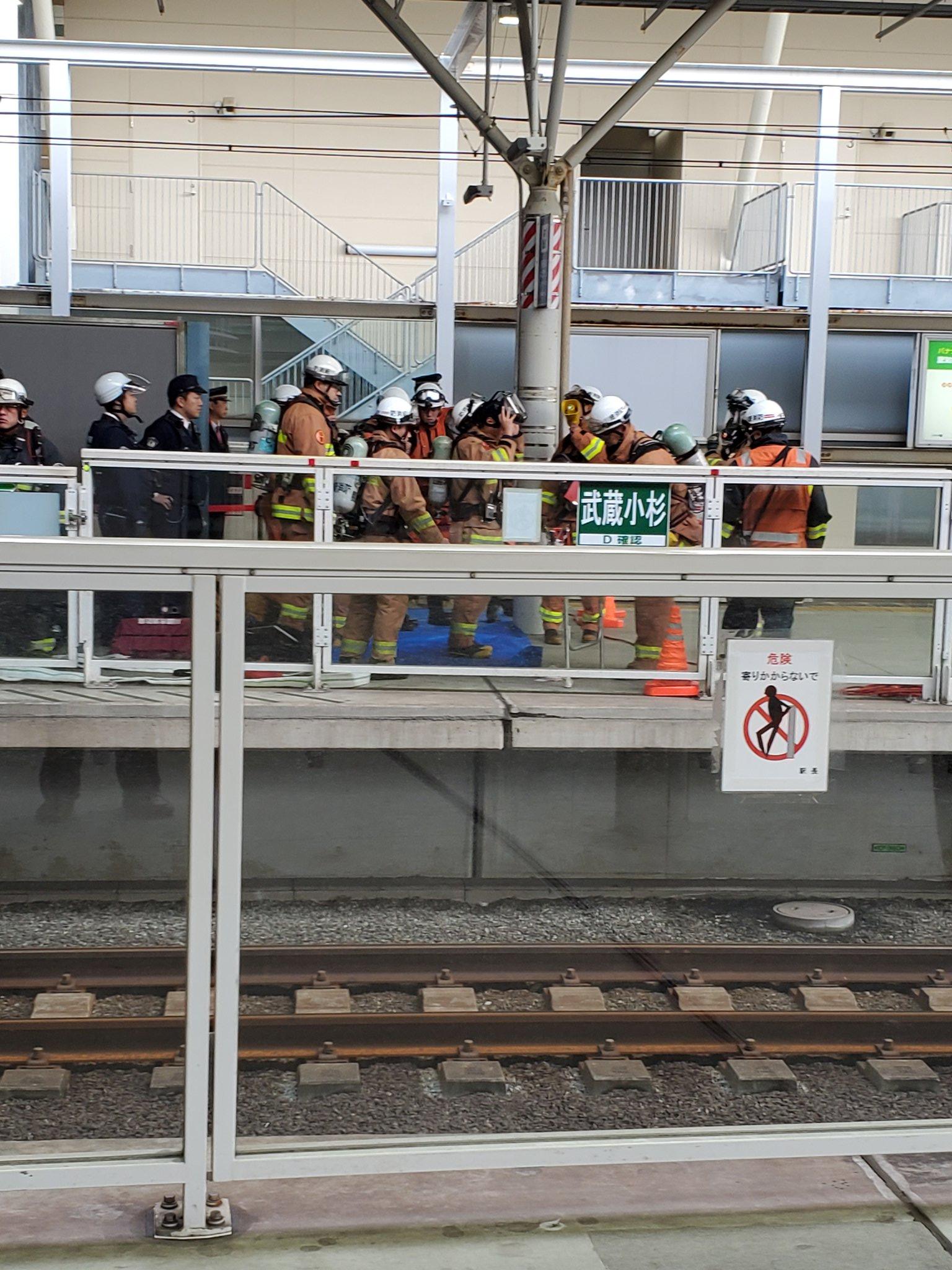 武蔵小杉駅の不審物騒ぎで消防隊らが集結している画像