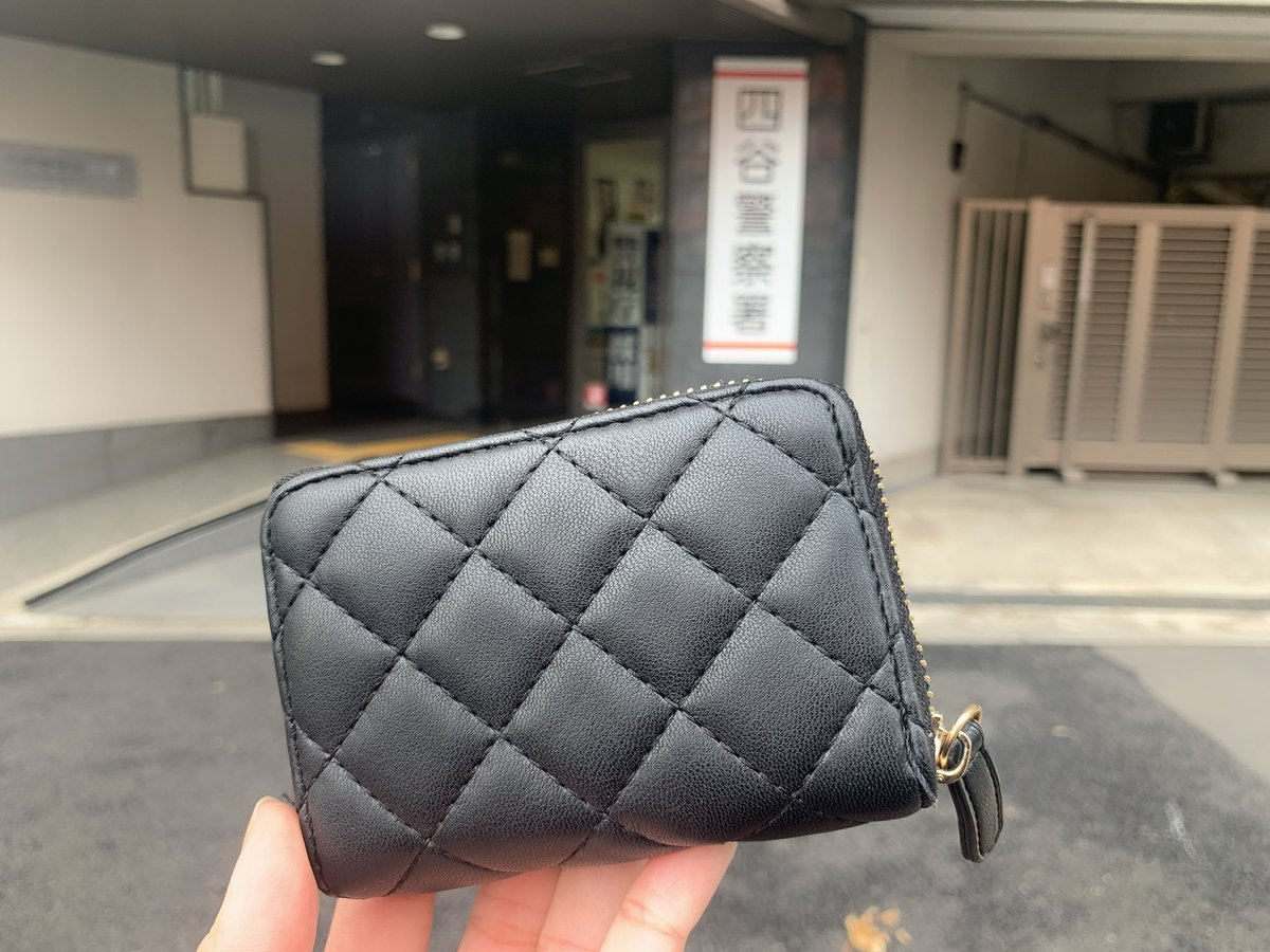 お財布、見つかりました。落とした10分後には届けられてたらしい。クレジットカードも全て無事でした。届けてくれた方にお礼したいんですがと聞いてみたら「お礼は要らないそうです」と。拾ってくれた方、本当にありがとうございますお礼言えないのが残念です。どうか届きますように。