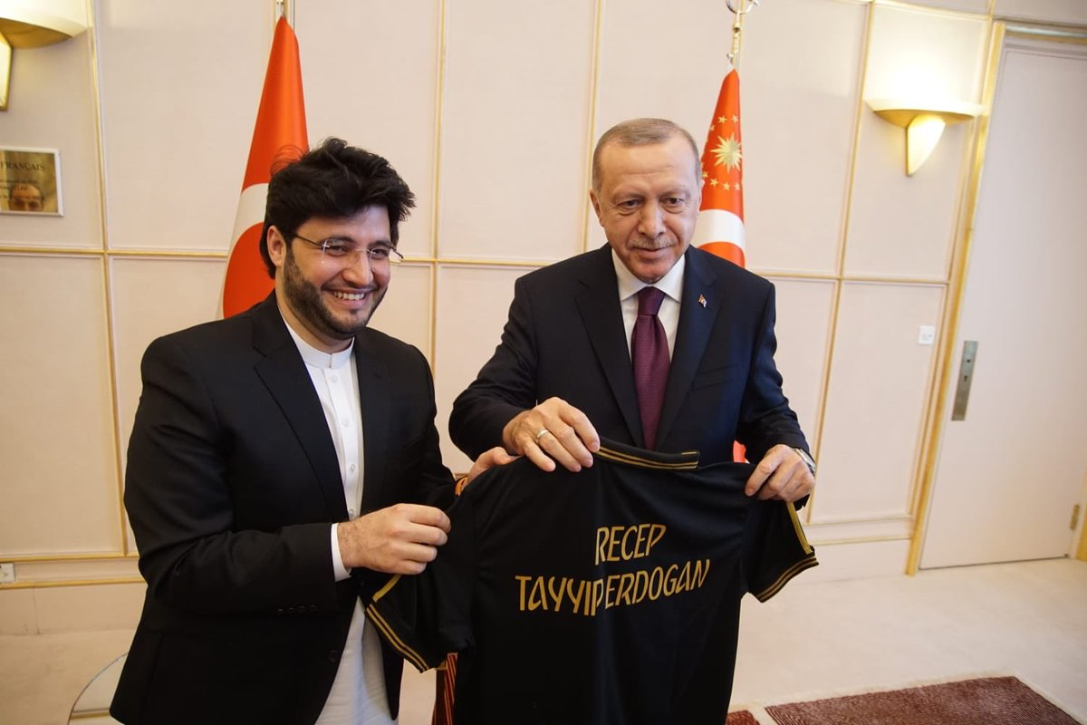With profound pleasure presented customised jersey to the Honorable President Mr. @RTErdogan. Knowing importance of the moment we look forward to exchanging sports diplomacy between both Pakistan 🇵🇰& Turkey 🇹🇷. @Refugees