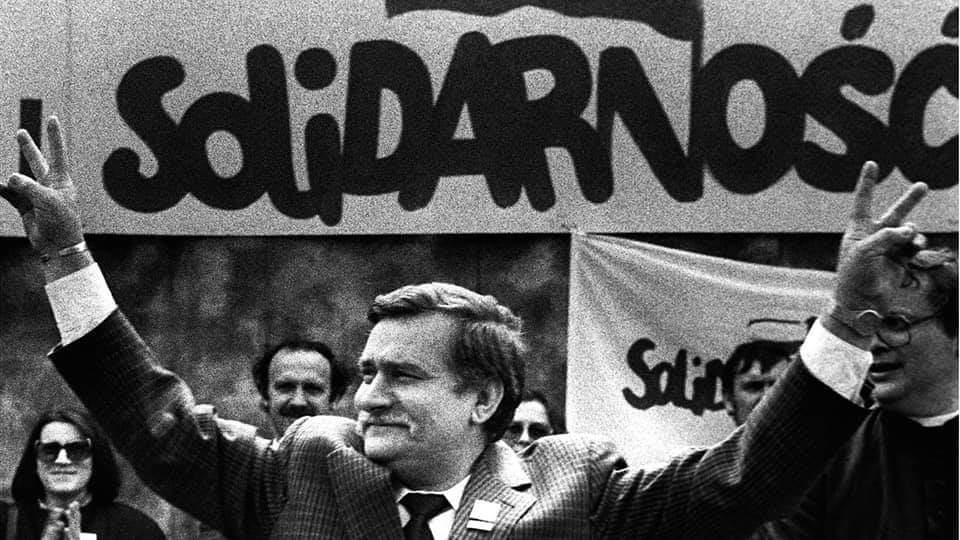 Hace 36 años Lech Walesa era premiado con el Nobel de la Paz. Fundó Solidarnosc, un sindicato financiado por la CIA y el Vaticano cuyo objetivo era acabar con el socialismo en Polonia 🇵🇱 e impulsar el catolicismo y el liberalismo económico en el país.