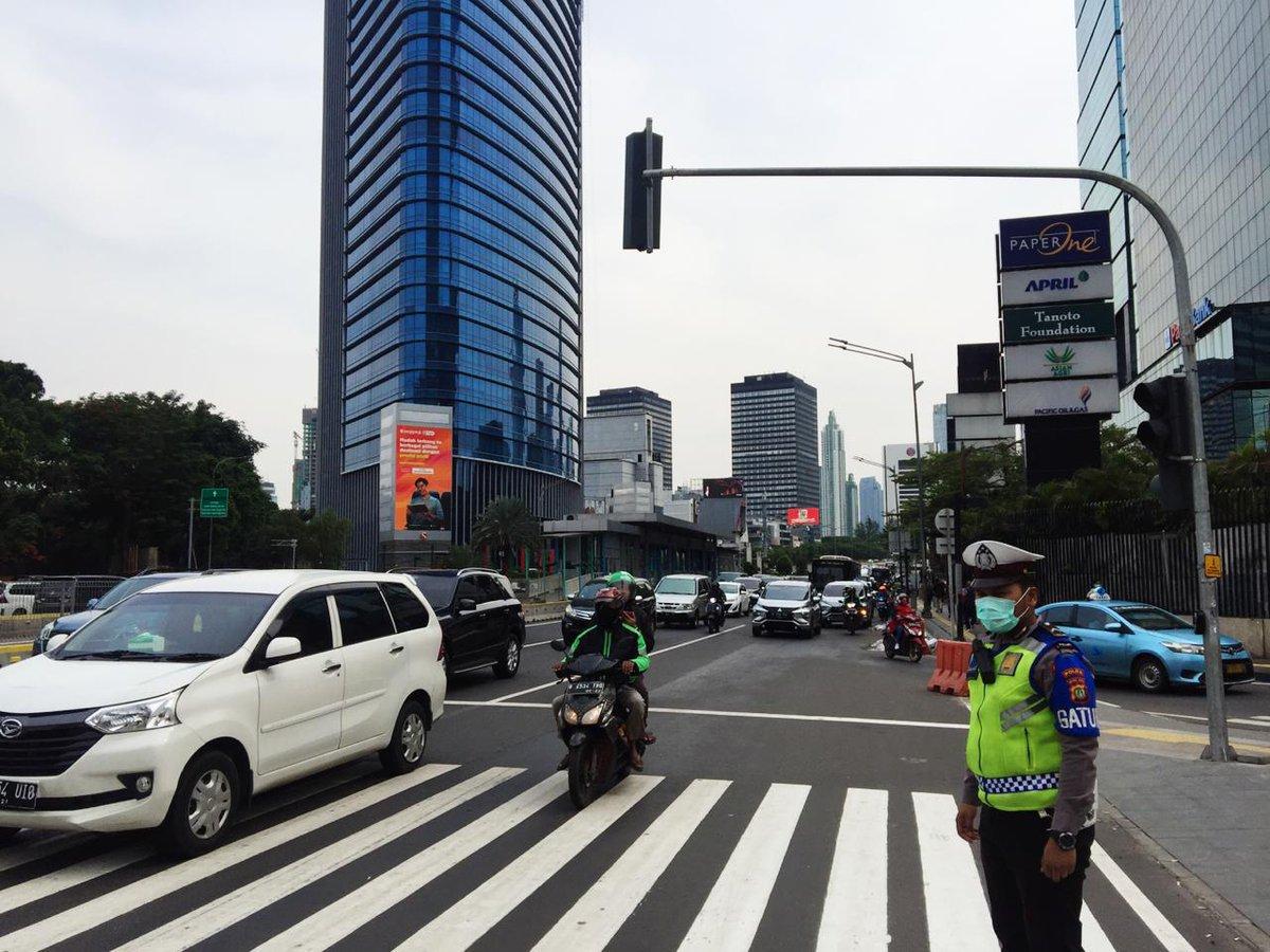 14.46 Situasi lalu lintas di sekitaran Teluk Betung terpantau ramai cenderung padat. @TMCPoldaMetro