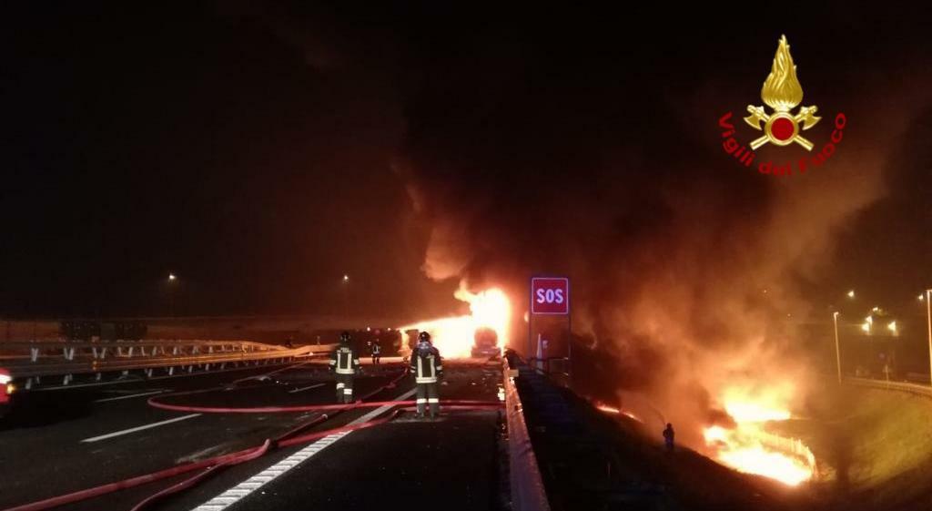 Padova, a fuoco un autocisterna in A4: le immagini...