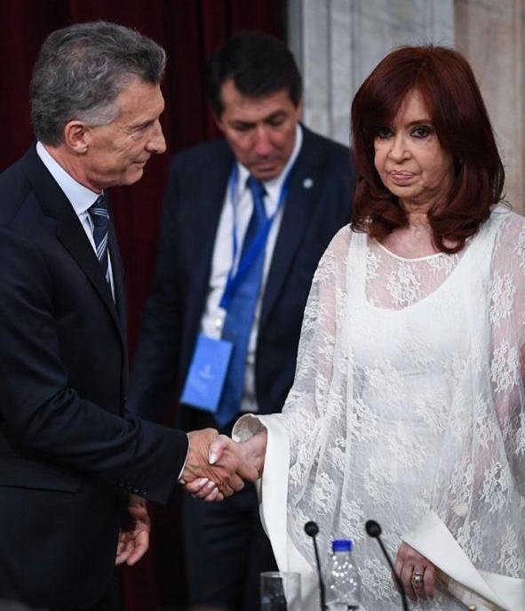 Nuevo desaire de CFK a Macri: le dio la mano sin mirarlo y se mantuvo distante
