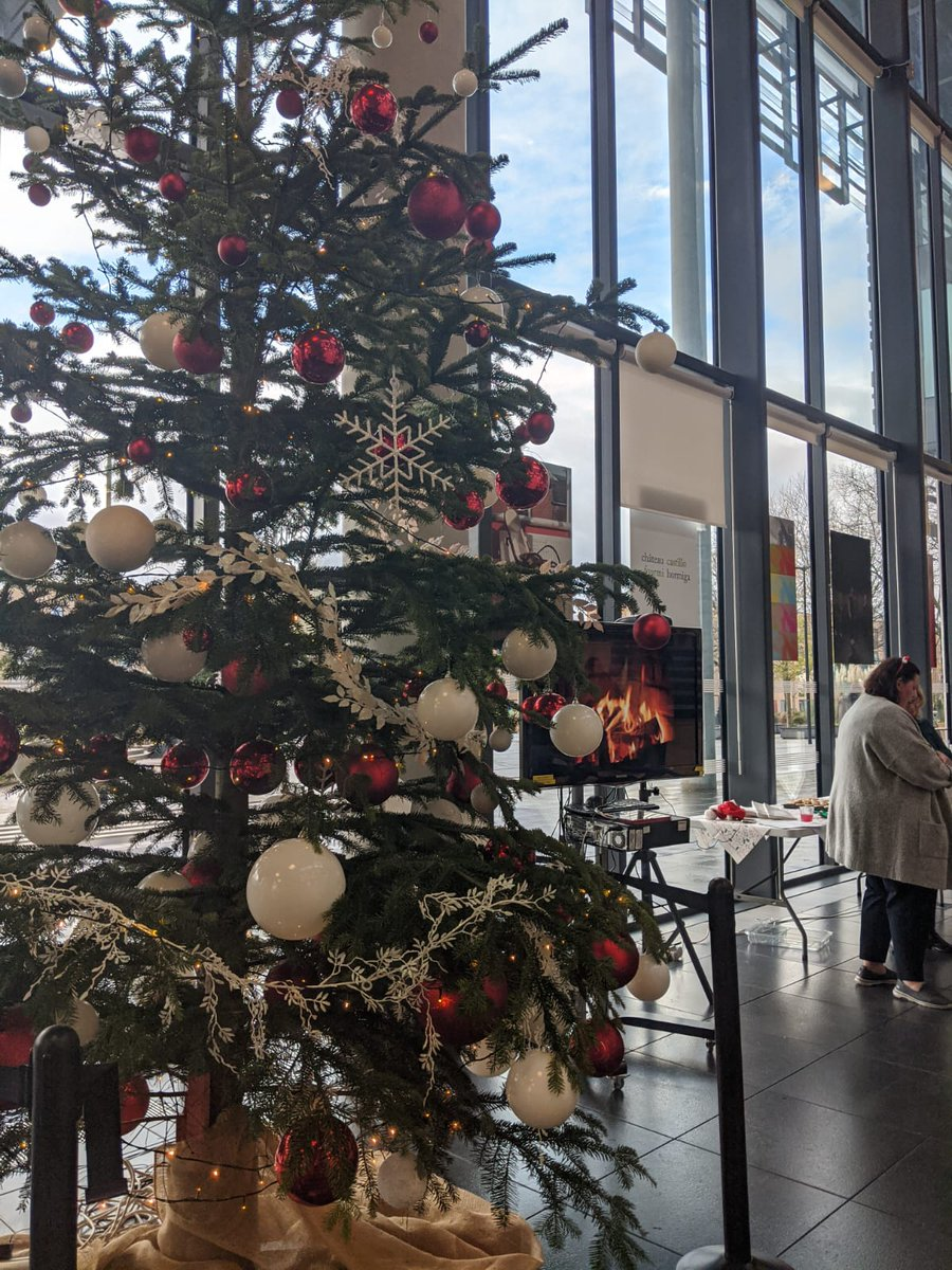 Last week, our  @MMUEducation faculty hosted a festive sing-a-long in our Brooks Building for students and staff to enjoy.   They were invited to sing  #Christmas favourites while enjoying a mince pie and mulled wine around their Christmas tree.