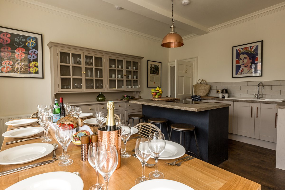 Beat the rush - book your stay for 2020 at No 1 Woodstock! Wonderful location, luxurious accommodation suitable for large groups. #Blenheim #BicesterVillage #Cheltenham #Cotswolds #Oxfordshire #Holidays #WeekendsAway
