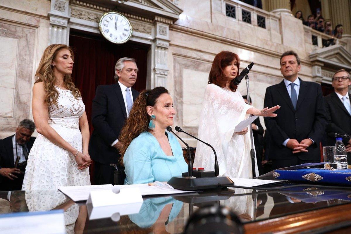 Presidiendo la Asamblea Legislativa, le tomé juramento al presidente electo @alferdez y a la vicepresidenta electa @CFKArgentina. #traspasodemando en @SenadoArgentina https://t.co/lFPdrrNbeC