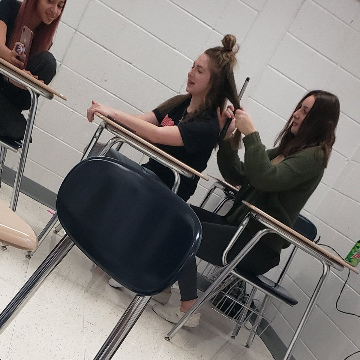 They are curling their hair in class XD #wtf #whytho #classroom #school