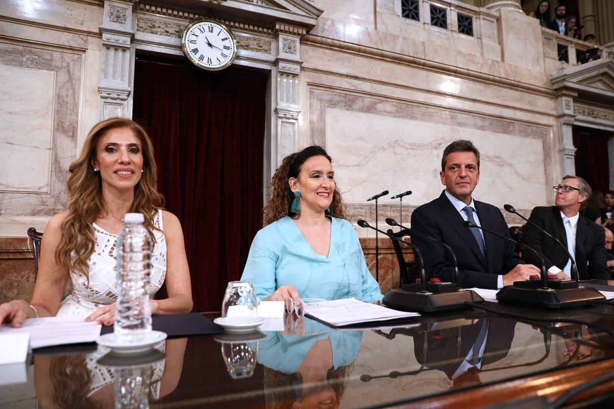 Presidiendo la Asamblea Legislativa #traspasodemando en @SenadoArgentina https://t.co/8RfFl0Z8Po