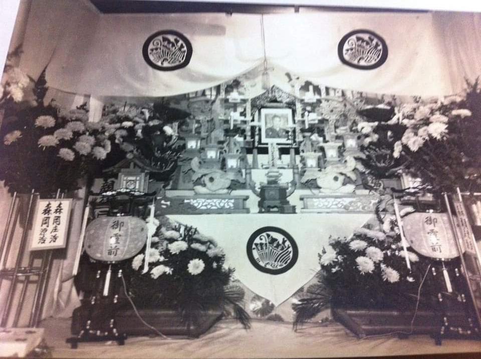 少し前に実家帰った時に見つけた写真ですが、昭和46年に亡くなった曾祖父の葬儀の時の写真です。うちの実家、いわゆる鰻の寝床の細長い建物なのですが、限られたスペースでよくこんな立派な祭壇組めたな。