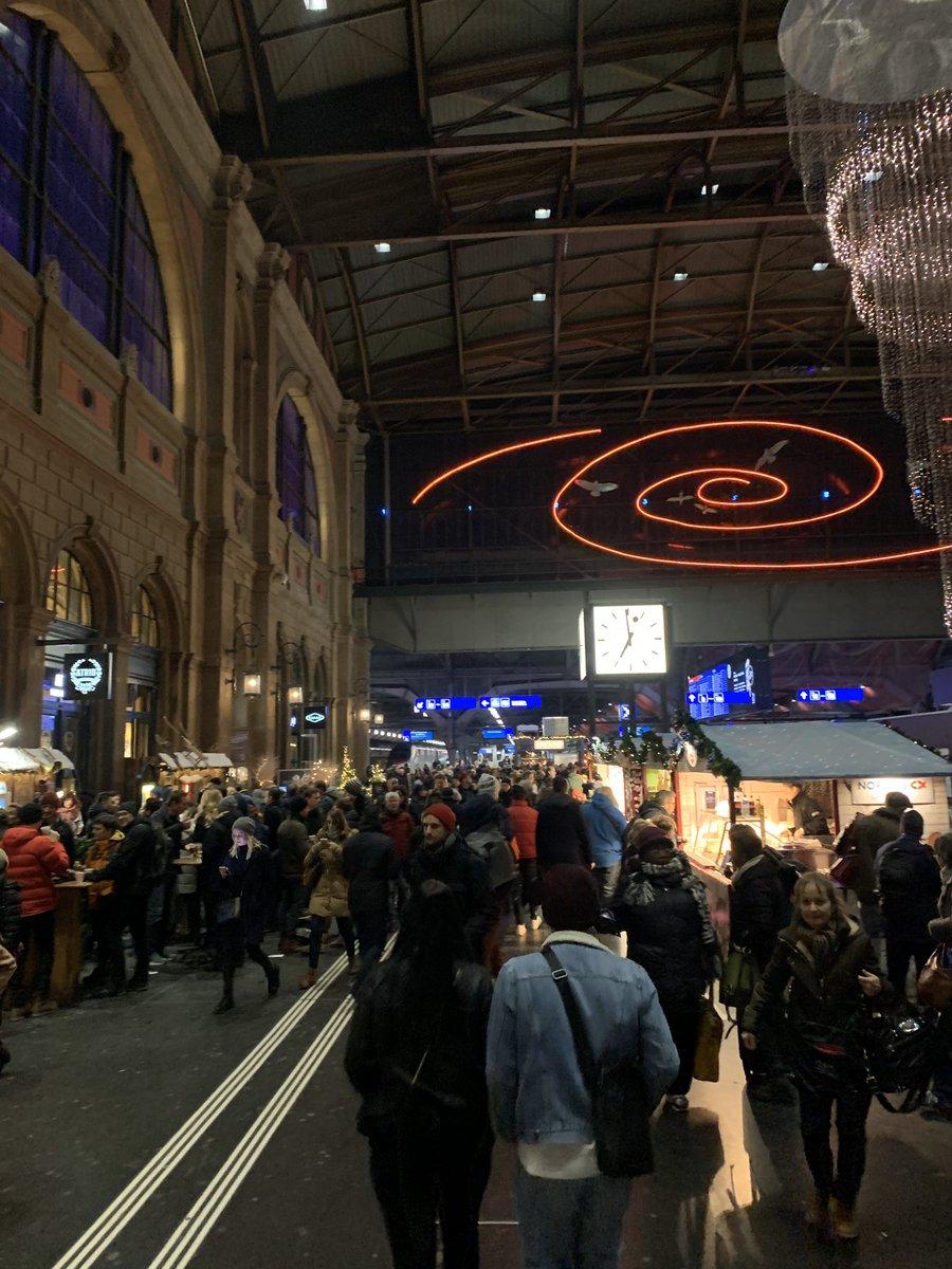 Liebe @RailService, Schlendernde Weihnachtsmarktbesucher und gehetzte Pendler so aufeinander loszulassen ist nicht nur gemein, sondern richtig fies! 😠 Im Ernst: Mehr Platz für die Passagierströme, bitte! #sbb #müehsam #stauImHB