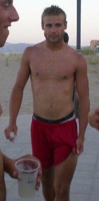"""El gairebé oblidat Zuvielzirkus amb cabells creient-se un personatge de """"Los vigilantes de la playa"""" l'any 2010."""