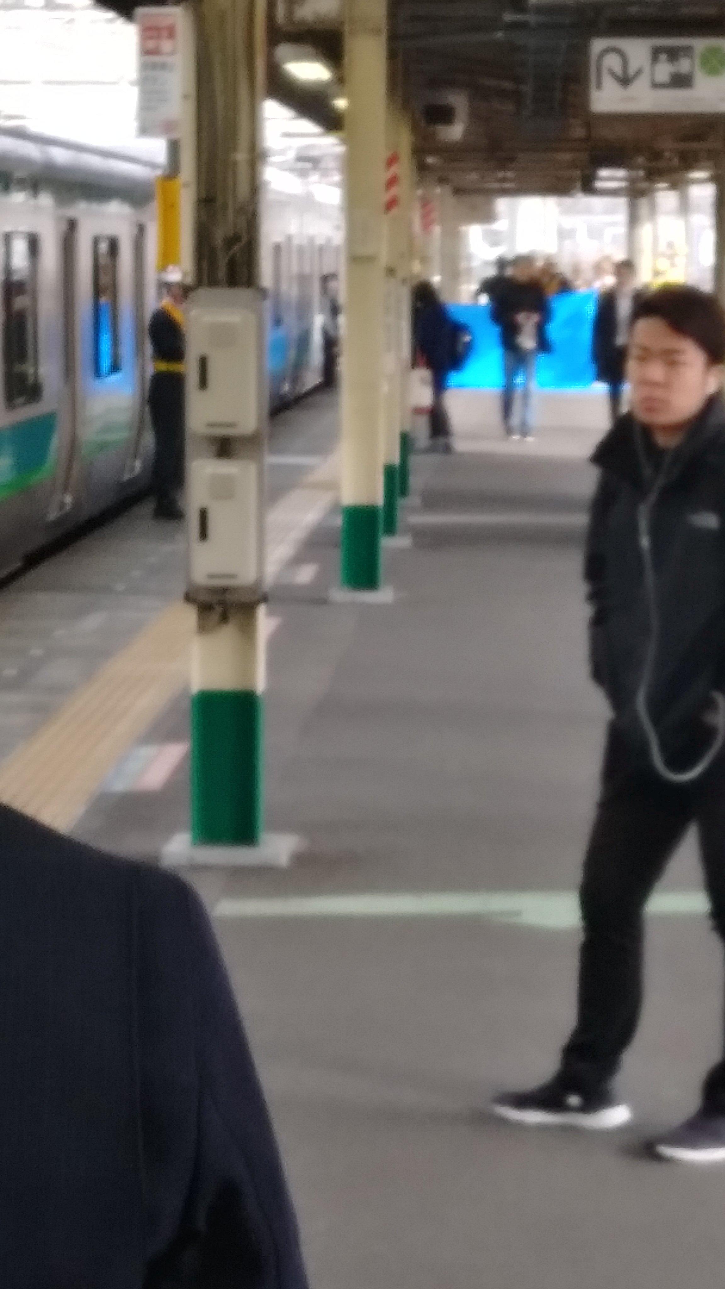 松戸駅で人身事故が起きブルーシートで隠している現場の画像