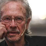 Image for the Tweet beginning: Peter Handke, polemiche e proteste