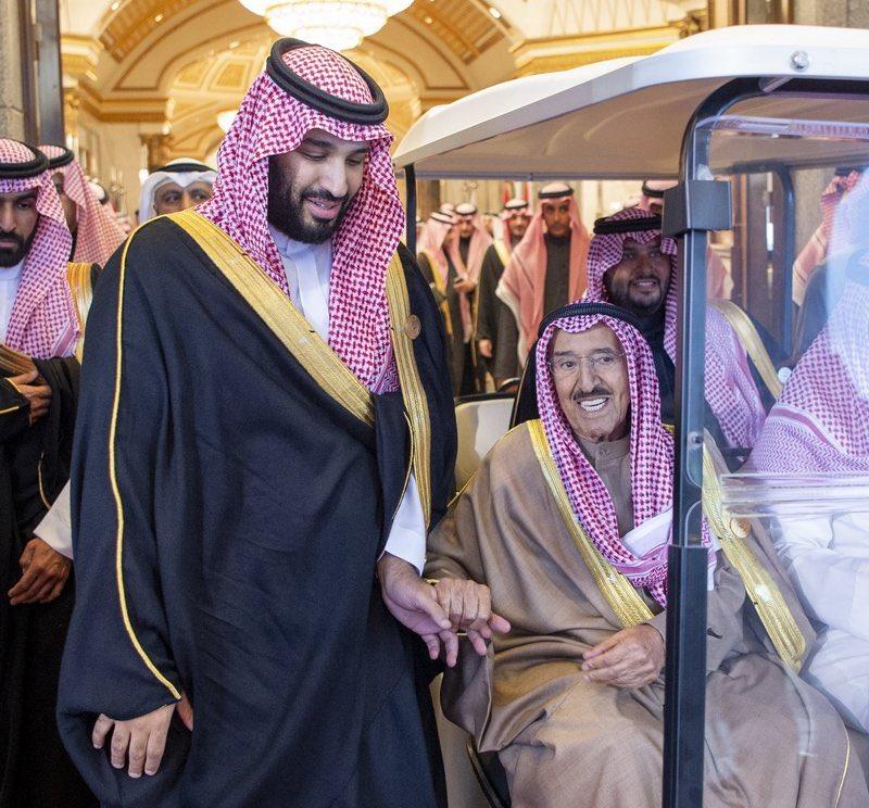 صورة أبوية بين #ولي_العهد وأمير #الكويت تثير الإعجاب.#القمة_الخليجية40 https://sabq.org/xn86SH