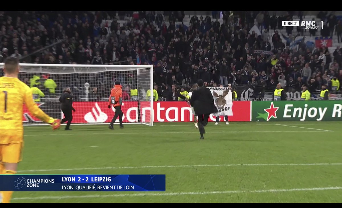 "All kicking off in Lyon - a fan walked onto the pitch with a donkey banner with the writing ""Marcelo leave the club"" on it immediately after OL drew with Leipzig this evening & qualified for the UCL Round of 16. Captain Memphis Depay then went after the supporter. <br>http://pic.twitter.com/g84NE2TS4M"