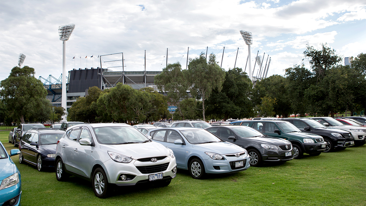 🚗 Coming to an event in the precinct this week? Yarra Park is open for public car parking! Check out the December schedule for availability and gate opening times. 🅿️ Schedule: mcg.org.au/parking