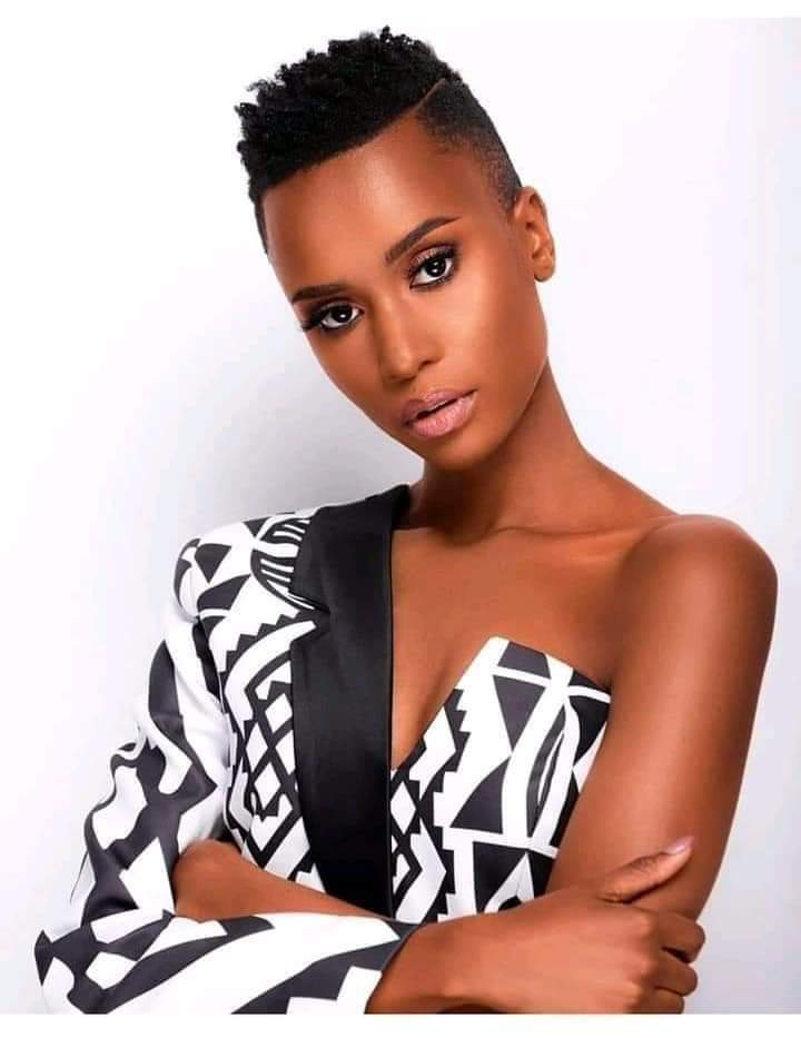 Zozibini Tunzi (South Africa) was crowned Miss Universe 2019 without Brazilian hair and a bleached skin.  You are beautiful the way you are!  #WednesdayMotivation <br>http://pic.twitter.com/QIyVzH84VT