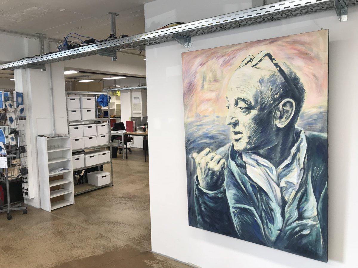 Ein Blick in die neuen Büroräume des Filmfestivals Max Ophüls Preis. Hier wird am kommenden Festival gearbeitet, das am 20. Januar beginnt.  @MaxOphuelsPreis #deutscheskino #kino #nachwuchsfilm #saarbrücken #saarland #filmfestival #rosavonpraunheim #ffmoppic.twitter.com/4sUJ7KHVjq
